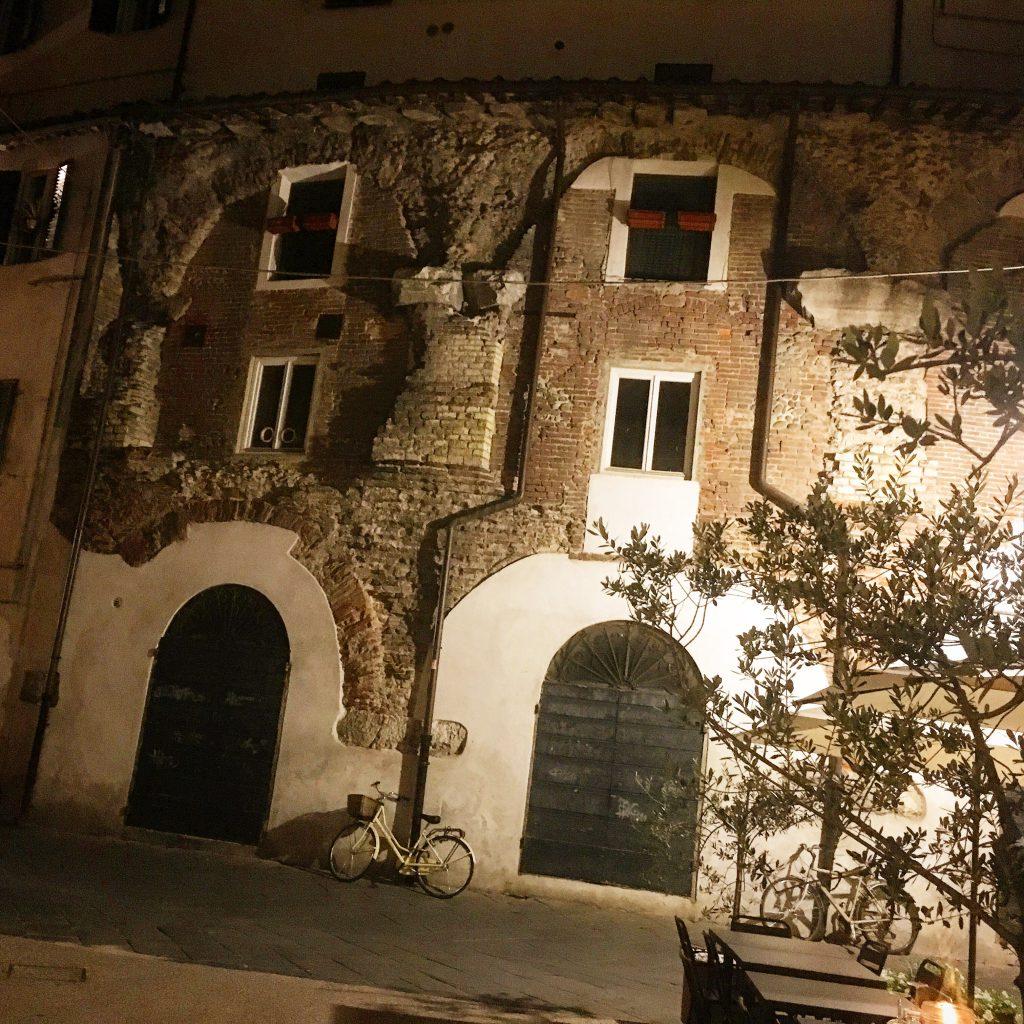 Serata settembrina di quelle perfette, ne troppo caldo ne troppo fresco. Lucca è bellissima. Entriamo e dopo un minuto ci sentiamo già a casa. Arredo vintage metropolitano con tocchi d'arte e modernariato. L'ambiente è rilassante, luce quanto basta.