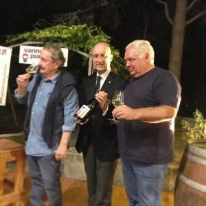 """Fulvio Donatini insieme a Roberto Forassiepi e Gino """"Fuso"""" Carmignani, sul palco del Salotto del Vino e del Verde di Montecarlo - Settembre 2019"""